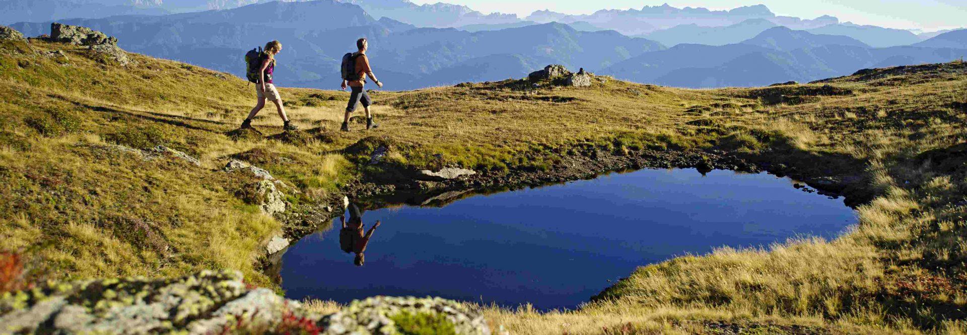 Zwei Wanderer in den Bergen mit Bergsee