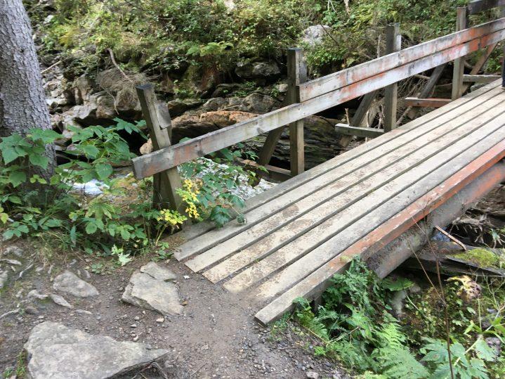 Holzbrücke über Bach