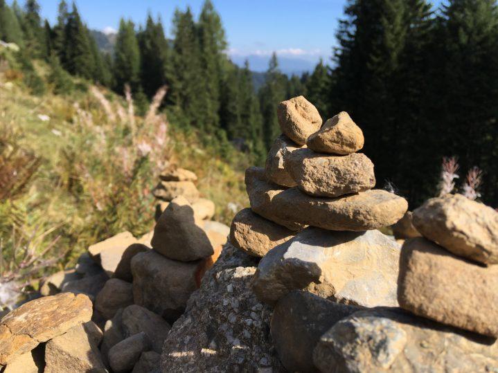 Steinhaufen auf einem Wanderweg