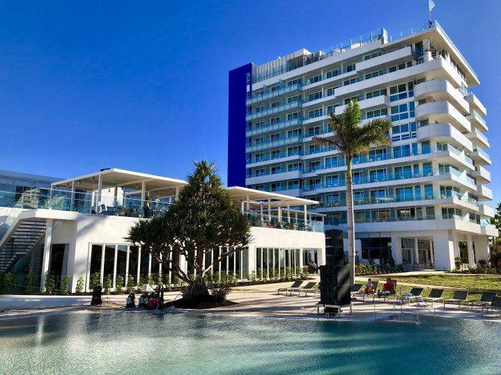 Pool, Restaurant und Hotelturm des Blick ROBINSON CLUB Jandia Playa, Fuerteventura