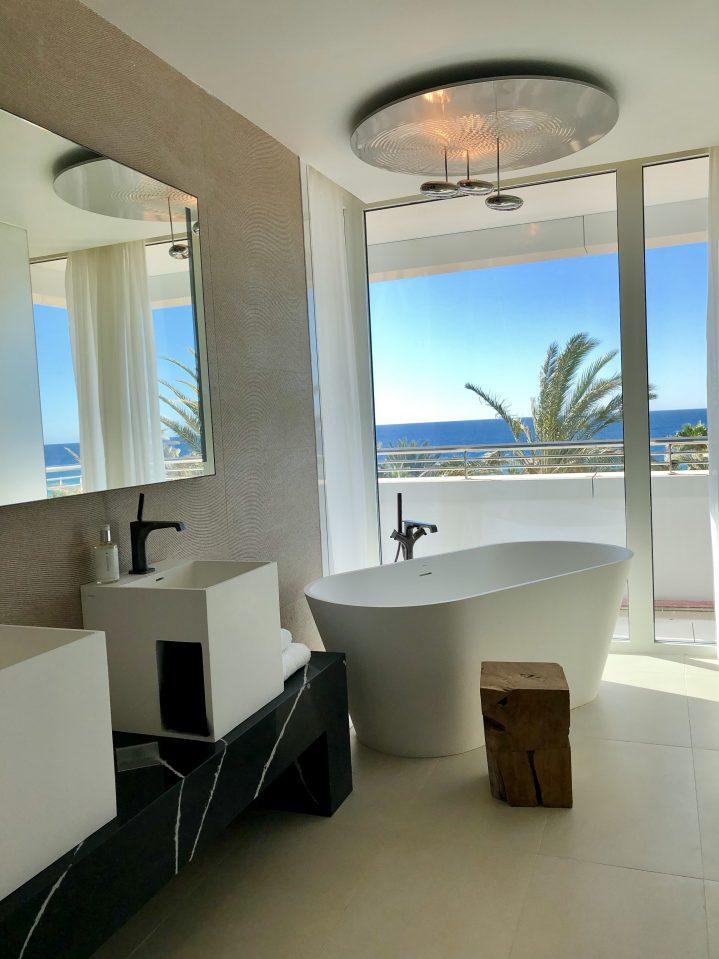 Badezimmer mit freistehender Badewanne und Meerblick im ROBINSON CLUB Jandia Playa, Fuerteventura