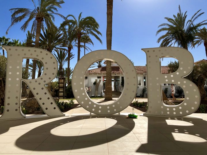 Die Buchstaben ROB bei Sonnenschein im ROBINSON CLUB Jandia Playa, Fuerteventura