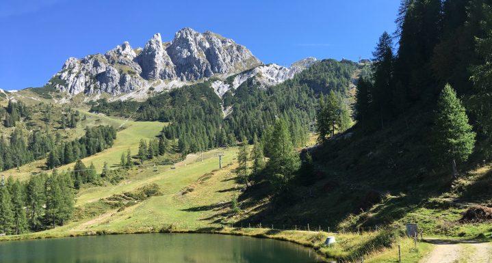 Wanderweg in den Bergen mit Bergsee