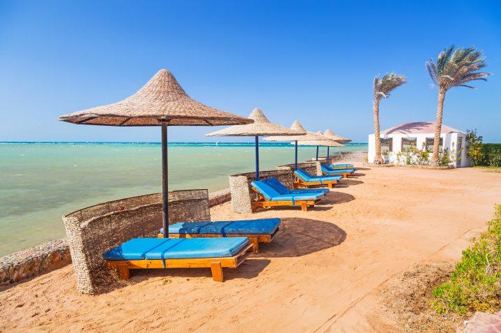 Strand mit Sonnenliegen in Hurghada