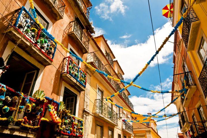 Girlanden an einem Haus in Lissabon