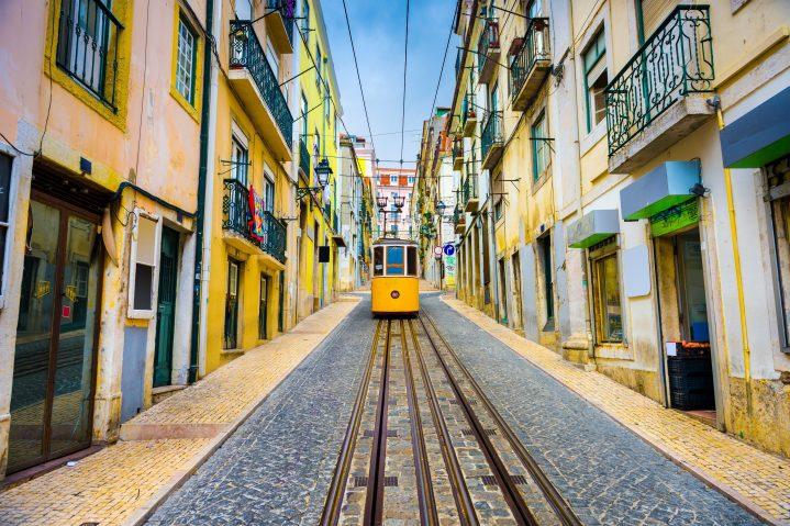 Tram in der Altstadt von Lissabon