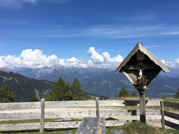 Kreuz mit Aussicht auf die Berge