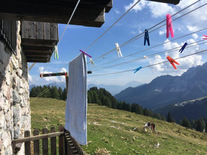 Wäscheleine auf Almhütte mit Berblick