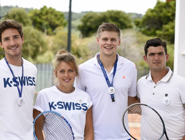 Das ROBINSON Tennis-Team trägt luftige und bequeme Outfits von K-SWISS.