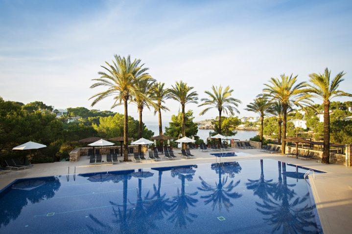 Pool mit Meerblick des ROBINSON CLUB Cala Serena auf Mallorca