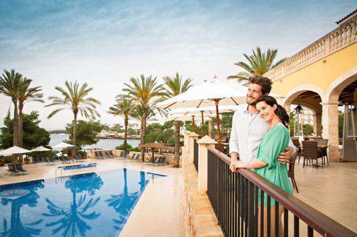 Pärchen im ROBINSON Club Cala Serena auf Mallorca blickt auf den Pool und das Meer