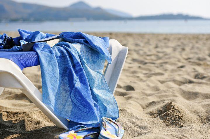 Badehandtuch am Sandstrand auf Mallorca