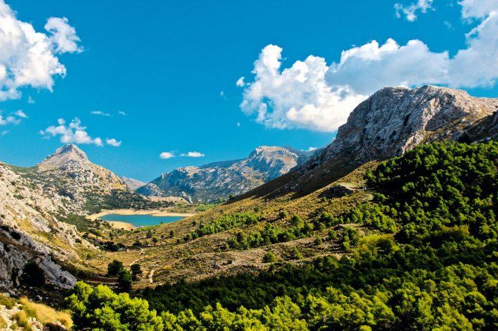 Blick auf einen See und die Berge im Tramuntana Gebirge Mallorca, Spanien