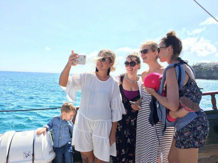 Influencer machen ein gemeinsames Selfie