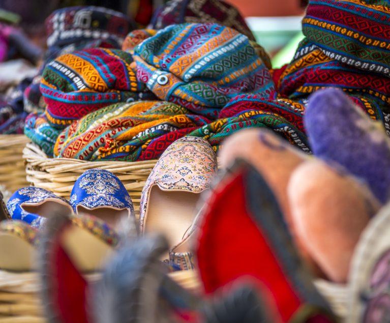 Bunte Waren auf dem türkischen Basar
