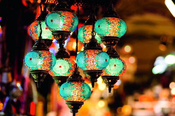 Farbenprächtige Glaslampen auf türkischem Basar