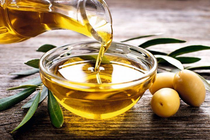 Schüssel mit Olivenöl
