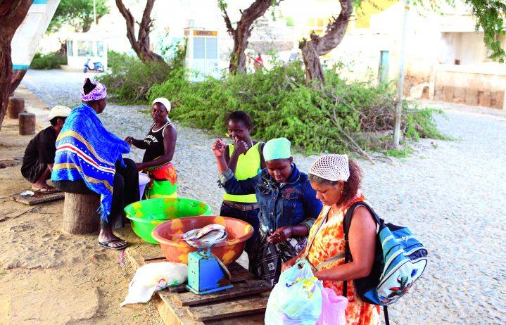 Frauen auf einem Markt in Espargos auf der Insel Sal