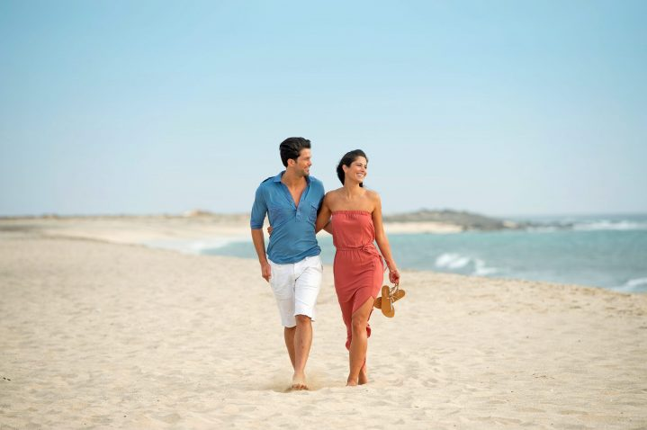 Paar beim Strandspaziergang in Santa Maria auf Sal