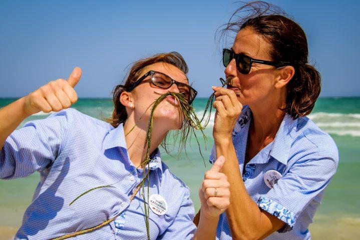 Zwei ROBINSON Mitarbeiterinnen mit Seegras im Gesicht