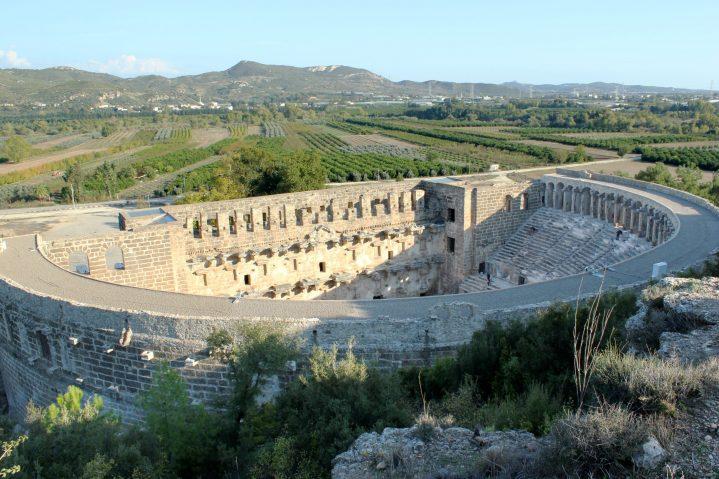 Blick von oben auf das Ampitheater Aspendos in der Türkei