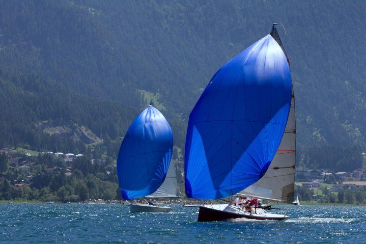 Zwei Segelboote auf einem See