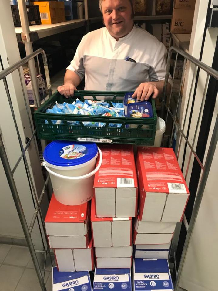 Mitarbeiter mit Lebensmittelspende an die Tafel