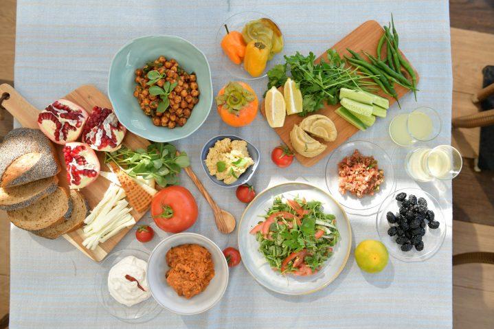 typische, türkische Spezialitäten auf einem Tisch in Side, Türkei
