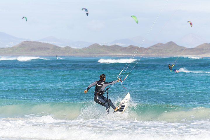 Kitesurfer am Strand von Corralejo, Fuerteventura, Kanarische Inseln