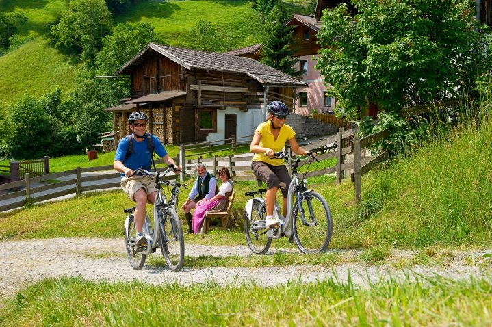 2 Radfahrer in ländlicher Idylle in Österreich