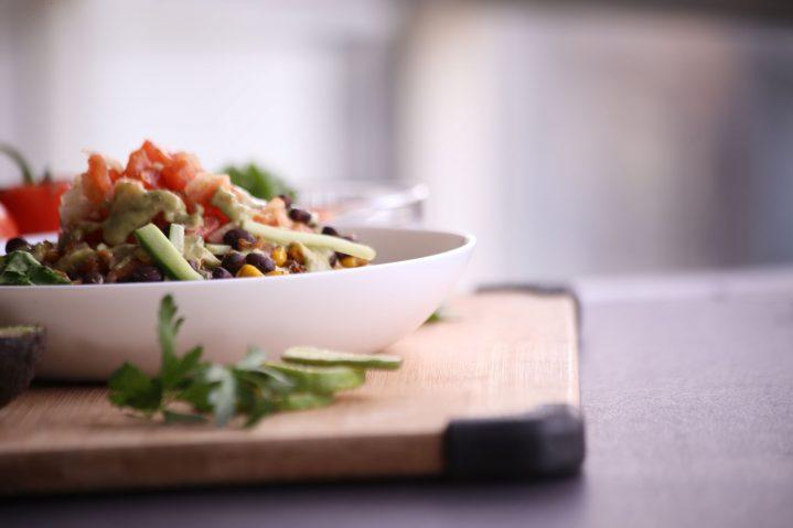 Schale mit Salat Photo by hermes rivera on Unsplash