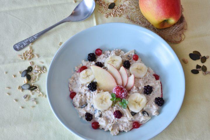 Schale mit leckerem Müsli mit Früchten und Joghurt