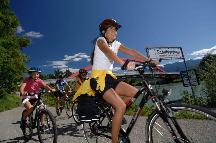 Familie auf Fahrrädern am See in Östereich