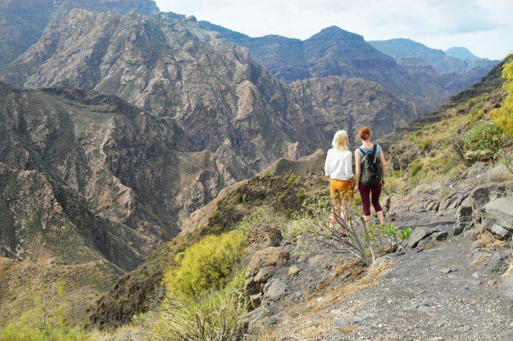 2 Wanderinnen im gebirgigen Gelände von Gran Canaria, Kanarische Inseln