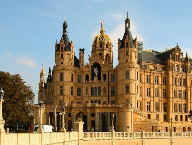 Das Schweriner Schloss mit seinen prächtigen Gärten: ein absolutes Muss bei deinem Besuch in Mecklenburg-Vorpommern
