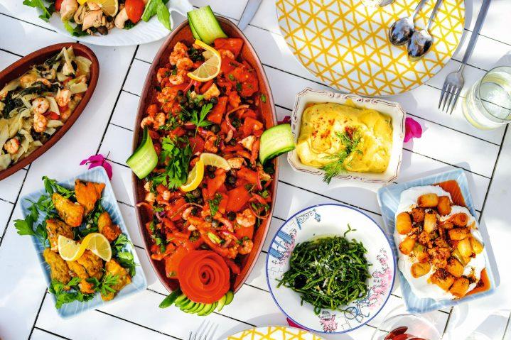 Tisch von oben mit diversen türkischen Spezialitäten