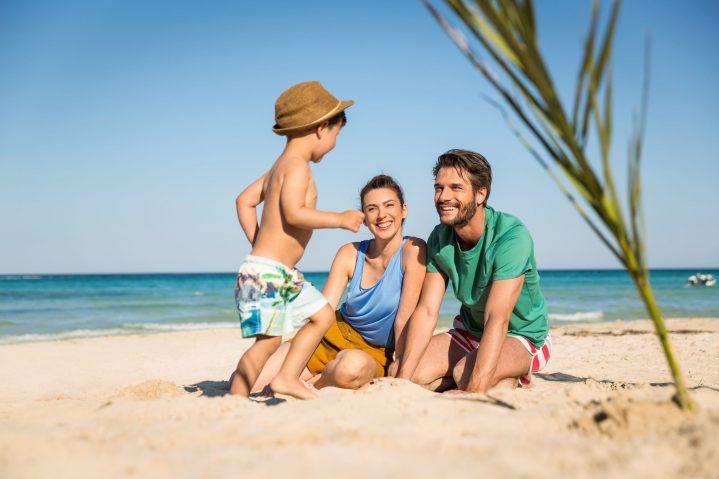 Mutter, Vater und kleiner Sohn am Strand