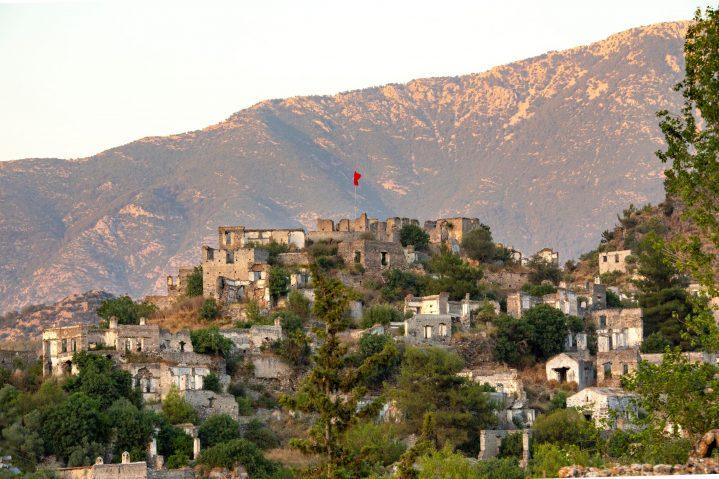 Geisterstadt Kayaköy Türkei in der Abenddämmerung