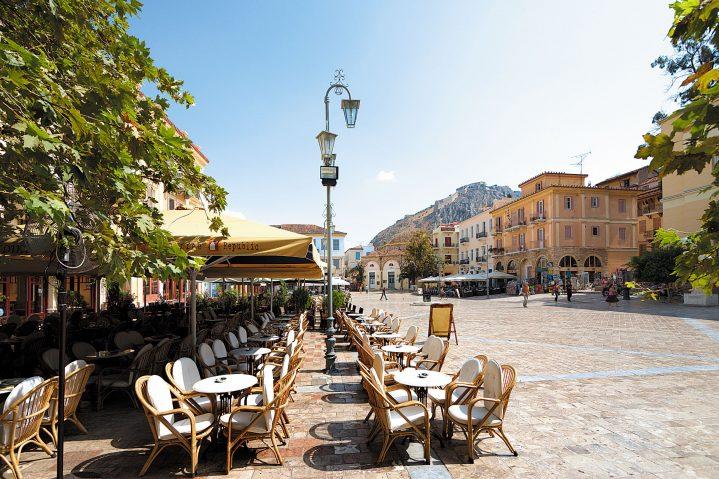 Blick auf eine Straße in Nafplio, Peloponnes, Griechenland