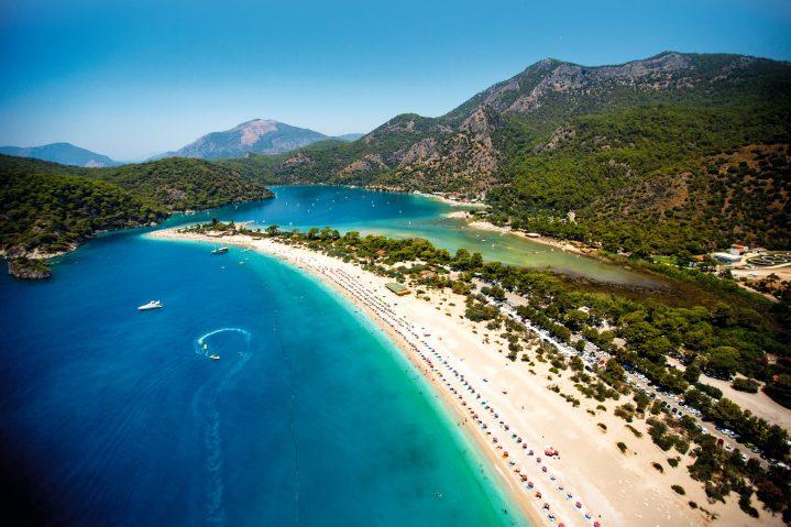 Blick von oben auf den Strand von Ölüdeniz, Türkei