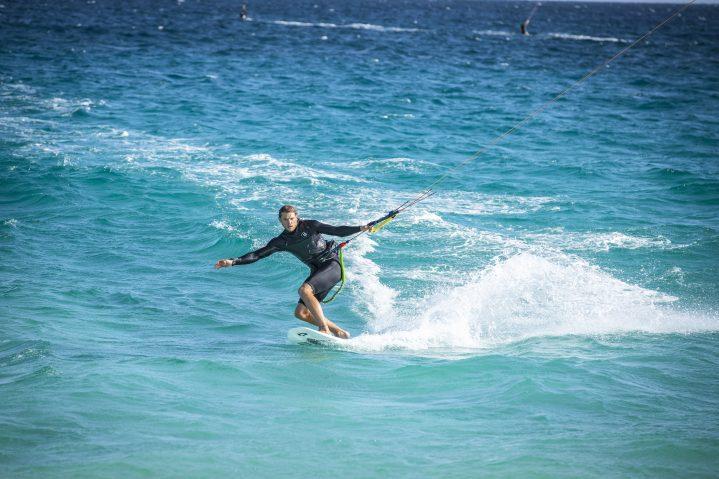 Habt Spaß und genießt das klare Wasser beim Kiten auf Zypern