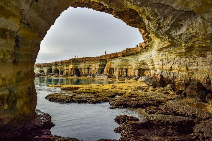 Höhle an der Felsküste Kap Greco auf Zypern