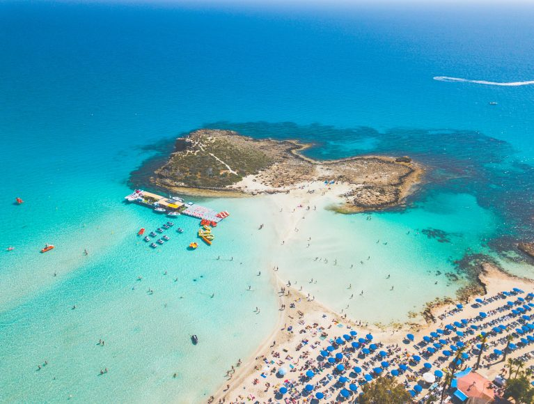 Traumhafte Strandkulisse von oben: der Ayia Napa Strand auf Zypern