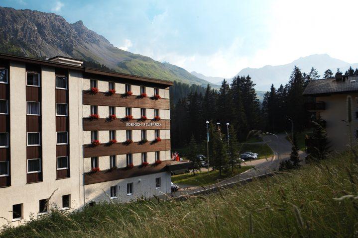 Sommerurlaub in der Schweiz seitlicher Blick auf den ROBINSON Club Arosa