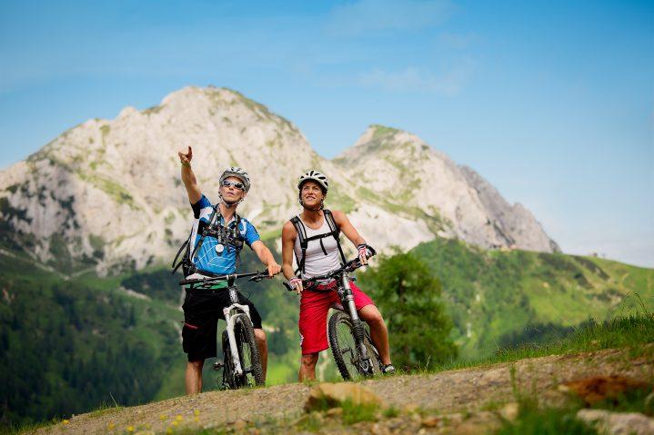 Zwei Mountainbiker vor Bergkulisse