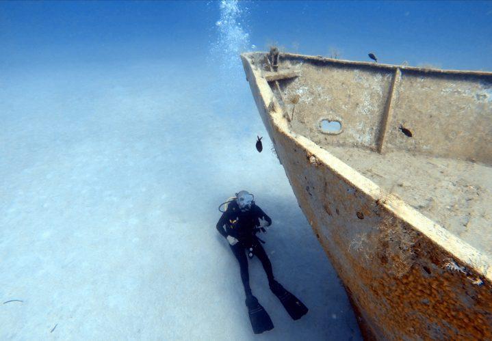 Taucher unterwasser am Wrack der Zenobia bei Zypern