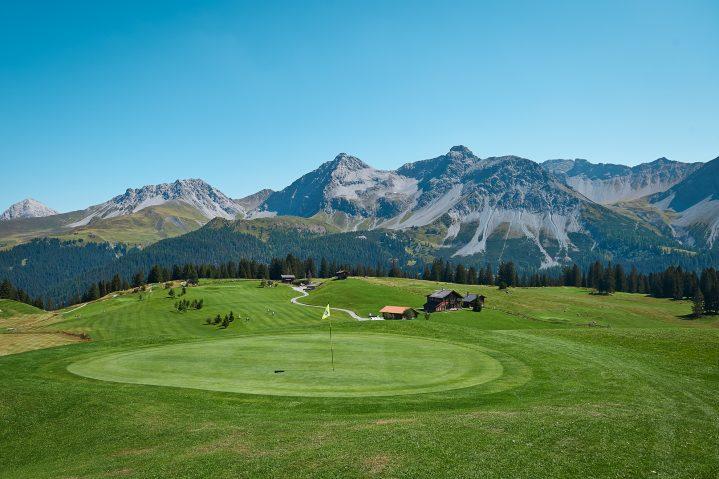 Sommerurlaub Schweiz Golfplatz vor Bergkulisse