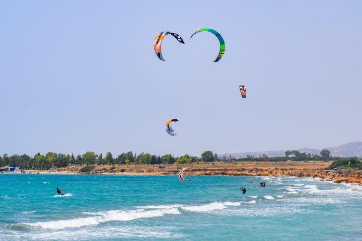 Outdoor-Aktivitäten auf Zypern Kite Surfing an der Küste