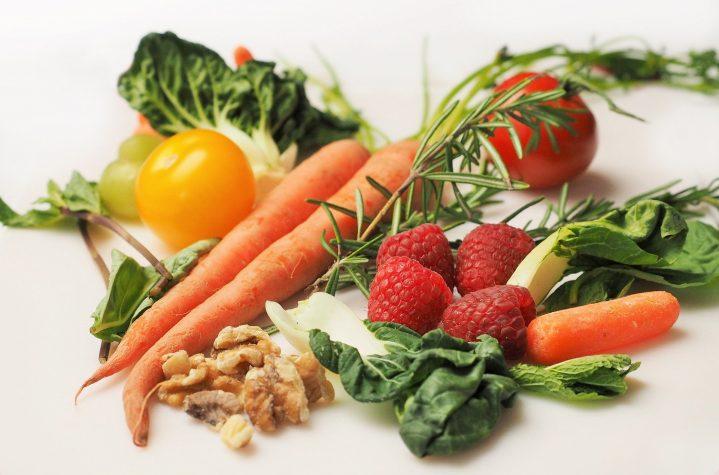 Bunter Teller mit Obst und Gemüse