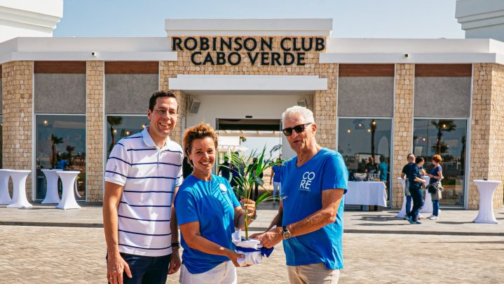 ROBINSON Mitarbeiter begrüßen den ersten Gast im Club Cabo Verde